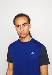 Lacoste Sport - TENNIS - Camiseta estampada - cosmic/navy blue - 3