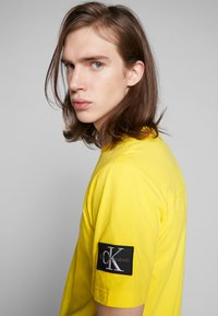 Calvin Klein Jeans - MONOGRAM SLEEVE BADGE TEE - Basic T-shirt - solar yellow - 4