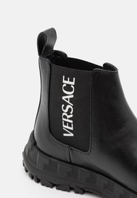 Versace - STIVALETTOC LOGATO - Kotníkové boty - black - 5