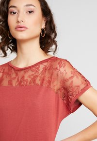 Vero Moda - VMANASTASIA - Print T-shirt - cowhide - 4