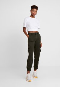 ONLY - ONLLEA CARGO PANT - Trousers - kalamata - 2