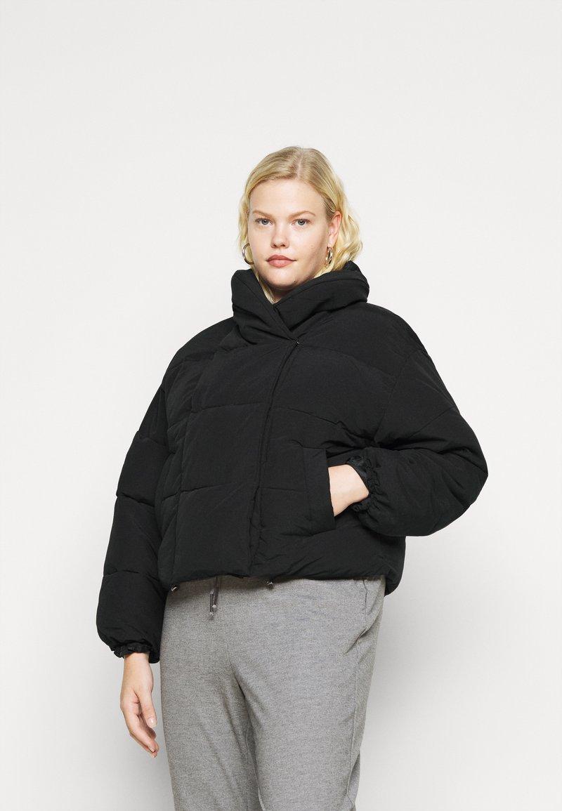 Pieces Curve - PCSAZEL SHORT PUFFER JACKET CURVE - Winter jacket - black