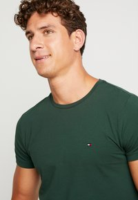 Tommy Hilfiger - STRETCH SLIM FIT TEE - T-shirt - bas - green - 4