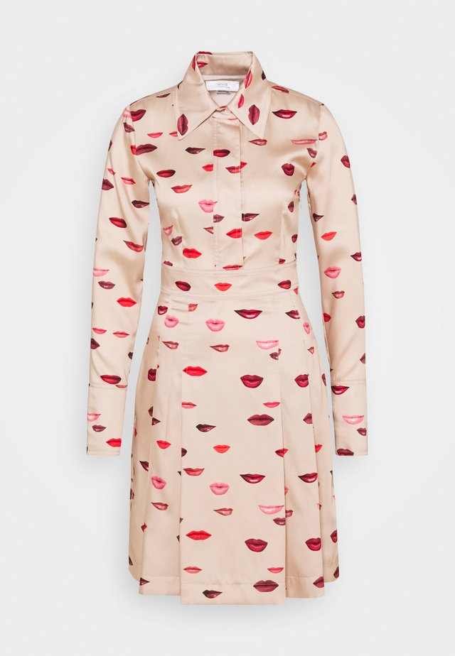 LIPS PRINT DRESS - Kjole - almond beige