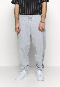 Karl Kani - SIGNATURE RETRO - Teplákové kalhoty - grey/black - 0