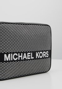 MICHAEL Michael Kors - Umhängetasche - black/optic white - 6