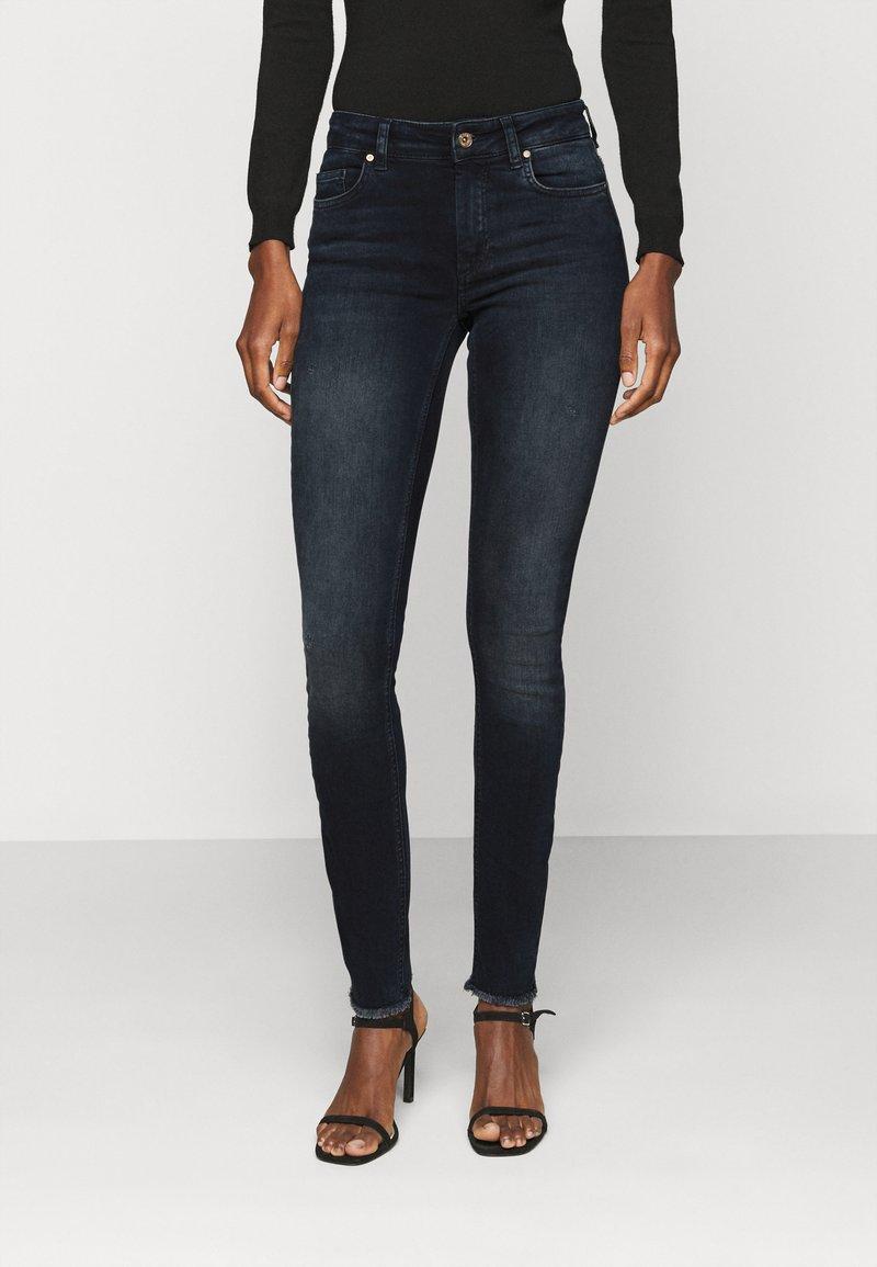 ONLY Tall - ONLBLUSH LIFE RAW - Jeans Skinny Fit - blue black denim