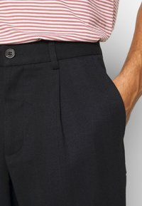 Lindbergh - PLEATED PANTS - Trousers - navy - 4