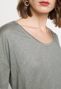 CLOSED - WOMEN´S - Long sleeved top - dusty pine - 5