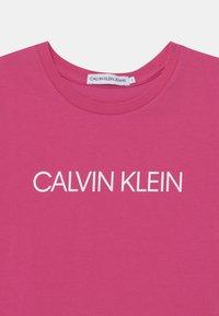 Calvin Klein Jeans - INSTITUTIONAL SLIM - Triko spotiskem - pink - 2
