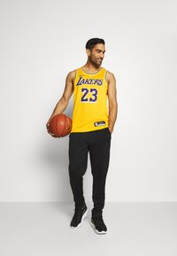 Nike Performance - NBA LA LAKERS LEBRON JAMES SWINGMAN - Club wear - amarillo/field purple - 1
