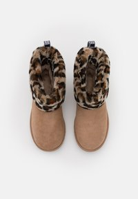 UGG - FLUFF MINI QUILTED LEOPARD - Classic ankle boots - amphora - 5
