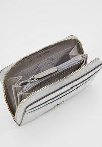 MICHAEL Michael Kors - Peněženka - silver - 5