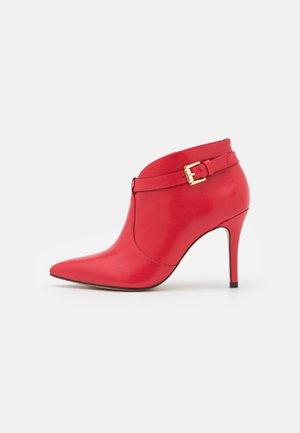 VOLKER - Kotníková obuv na vysokém podpatku - rouge