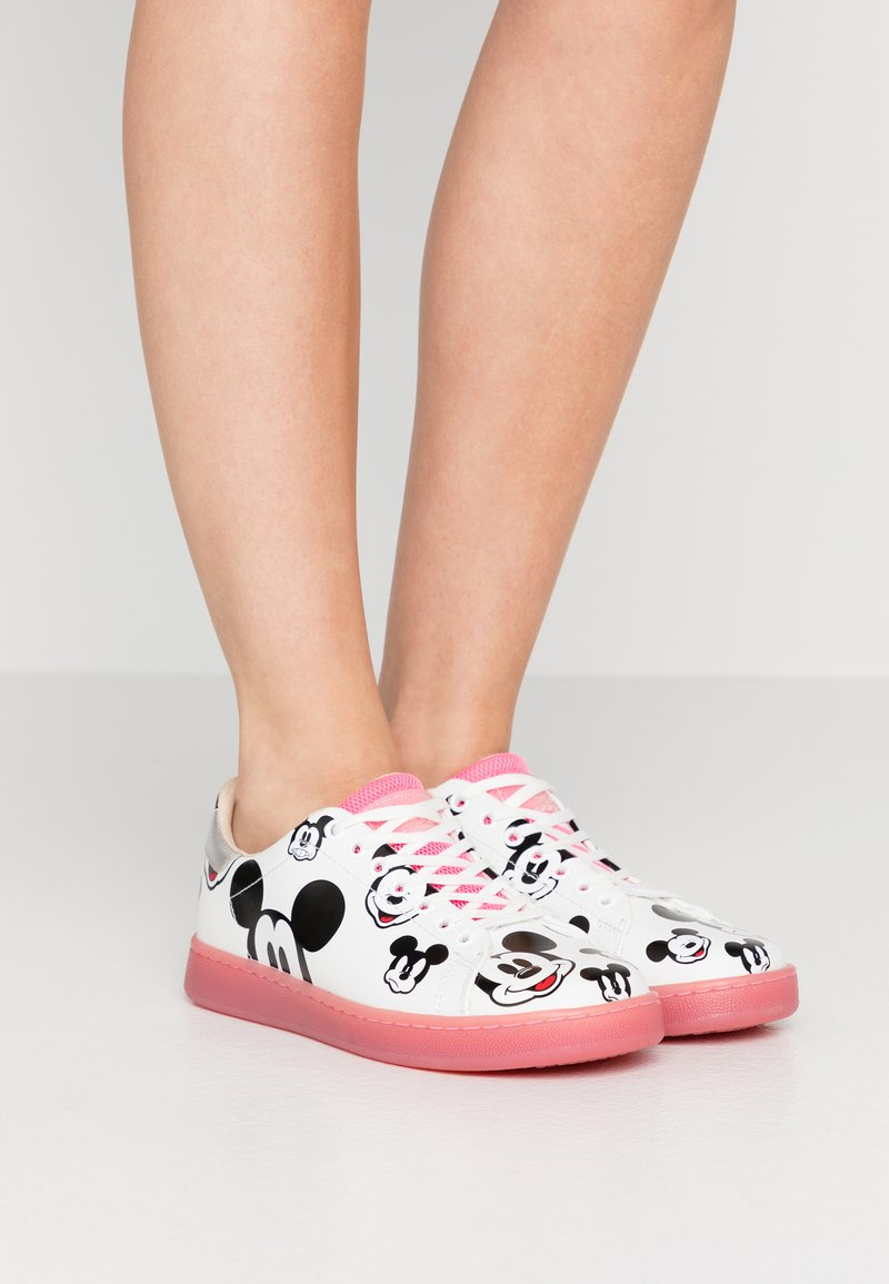 MOA - Master of Arts - GALLERY - Trainers - white/fuxia