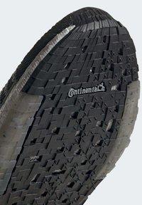adidas Performance - PULSEBOOST HD - Obuwie do biegania treningowe - black - 8