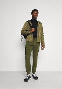 Solid - CARGO - Pantaloni sportivi - ivy green - 1