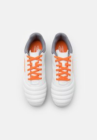 Umbro - TOCCO CLUB FG - Kopačky lisovky - white/carrot/frost gray - 3