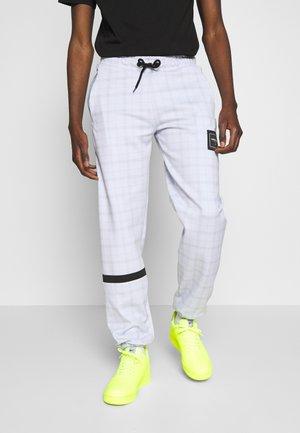 JOGGERS IN TECH CHECK - Pantalones deportivos - white