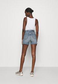Calvin Klein Jeans - MOM - Shorts di jeans - denim light - 2