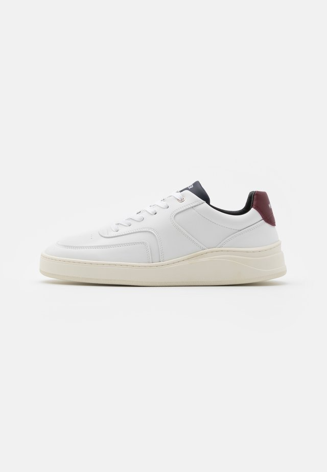 Trainers - white/navy/red