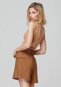 FELIPE ALBERNAZ - Shorts - brown - 1