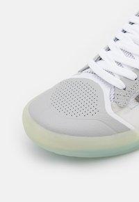 Vans - UA EVDNT ULTIMATEWAFFLE UNISEX - Sneakers laag - grey/multicolor - 5