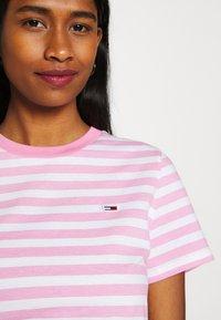 Tommy Jeans - CLASSICS STRIPE TEE - T-shirts print - pink daisy - 4