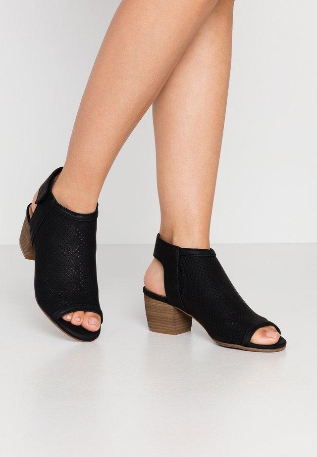 GREILLAN - Sandaalit nilkkaremmillä - black