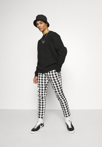 Twisted Tailor - FUGAZI TROUSERS - Kalhoty - black/white - 1