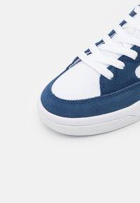 Nike SB - ADVERSARY PREMIUM UNISEX - Trainers - navy/university red/white - 5