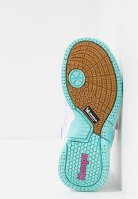 Kempa - ATTACK CONTENDER JUNIOR CAUTION - Handball shoes - white/turquoise - 5