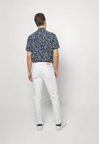 IZOD - Straight leg jeans - bright white - 2