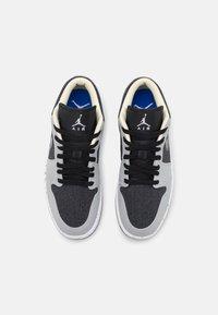 Jordan - AIR 1 SE  - Sneakers laag - light smoke grey/multicolor/black/racer blue - 2
