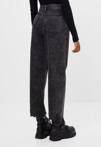 Bershka - MIT AUSGEFRANSTEM SAUM  - Straight leg jeans - grey - 2