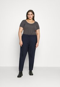 Tommy Jeans Curve - RELAXED - Tracksuit bottoms - twilight navy - 1
