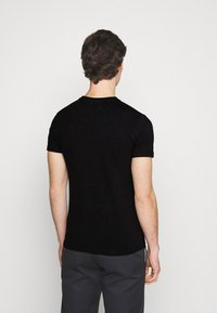 Tommy Jeans - TEE CENTRE LOGO - T-shirt con stampa - black - 2