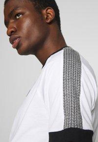 11 DEGREES - RAGLAN REGULAR FIT - T-shirt print - white/black - 5