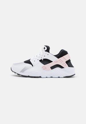 HUARACHE RUN UNISEX - Zapatillas - white/pink foam/grey fog/off noir