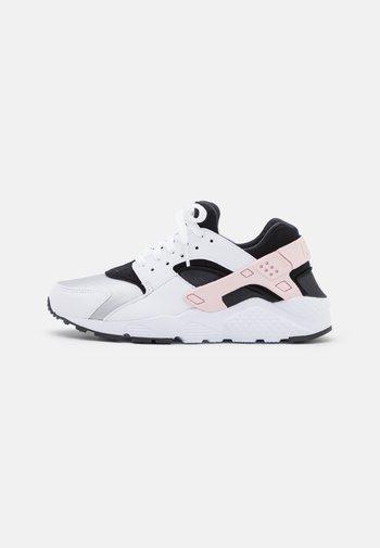 HUARACHE RUN UNISEX - Trainers - white/pink foam/grey fog/off noir