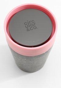 Circular&Co - KAFFEEBECHER TO GO MIT DECKEL - 227ml - Other accessories - schwarz / pink - 2