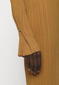 Holzweiler - HADELAND DRESS - Sukienka dzianinowa - light brown - 6