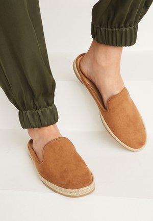Pantofle - tan