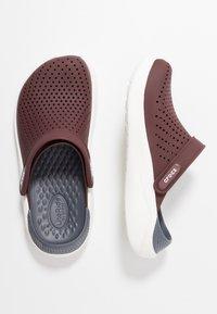 Crocs - LITERIDE RELAXED FIT - Drewniaki i Chodaki - burgundy/white - 1
