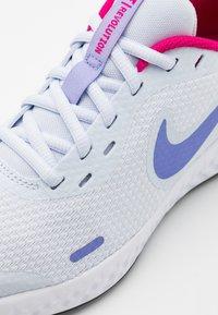 Nike Performance - REVOLUTION 5 UNISEX - Neutrální běžecké boty - football grey/purple pulse/fireberry/white - 5