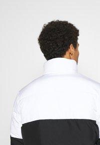 Calvin Klein Jeans - COLORBLOCK PUFFER - Kurtka zimowa - bright white/black - 3