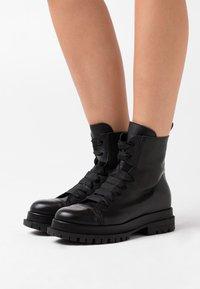 lilimill - Kotníkové boty na platformě - twister nero - 0