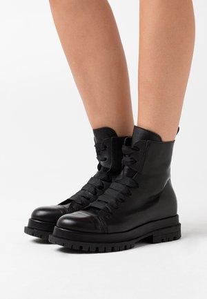 Kotníkové boty na platformě - twister nero