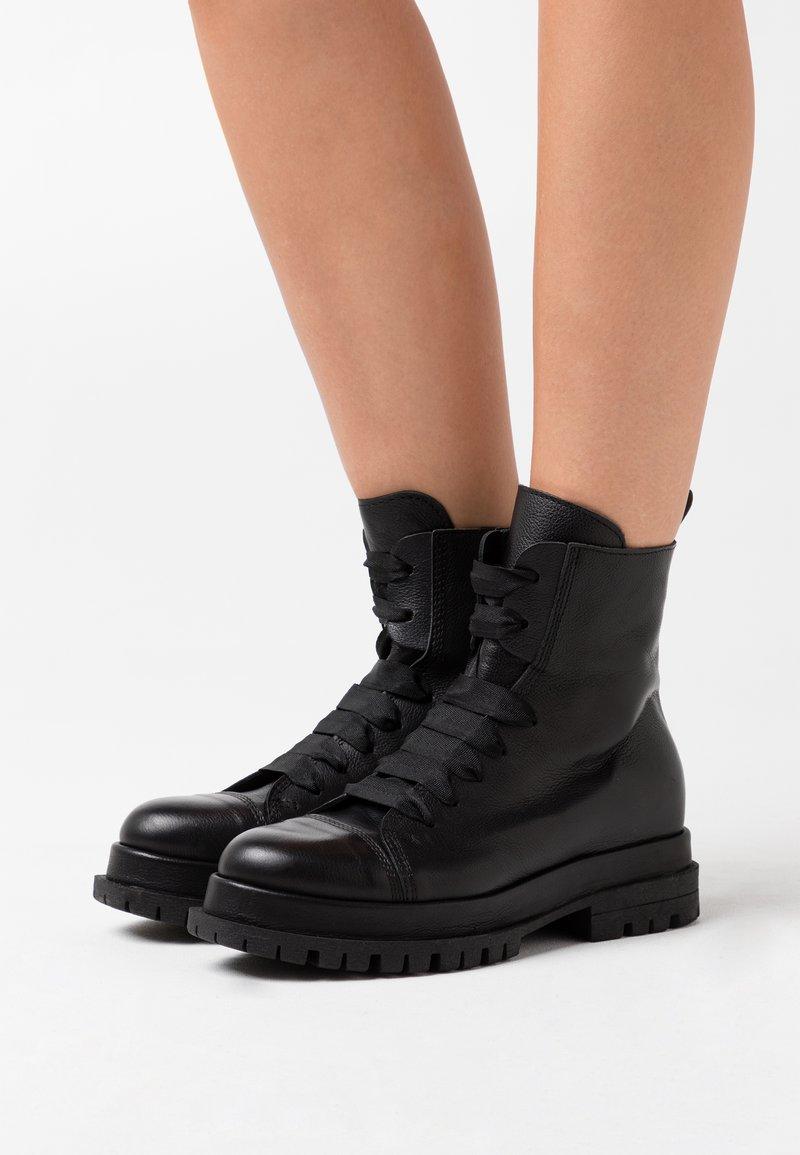 lilimill - Kotníkové boty na platformě - twister nero