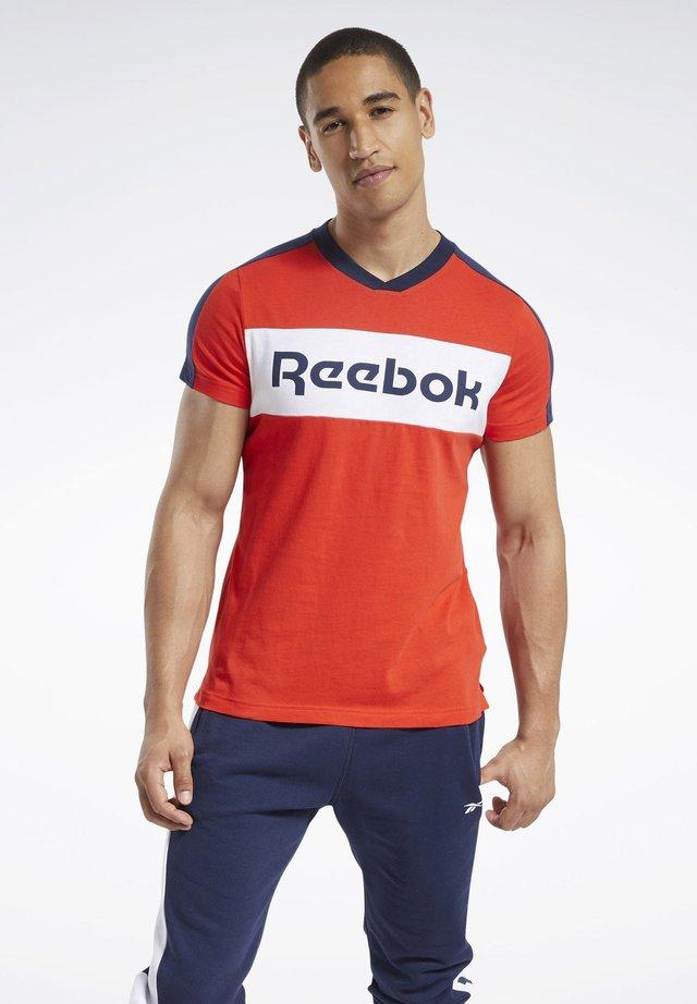 TRAINING ESSENTIALS LINEAR LOGO GRAPHIC T-SHIRT - T-shirt imprimé - red